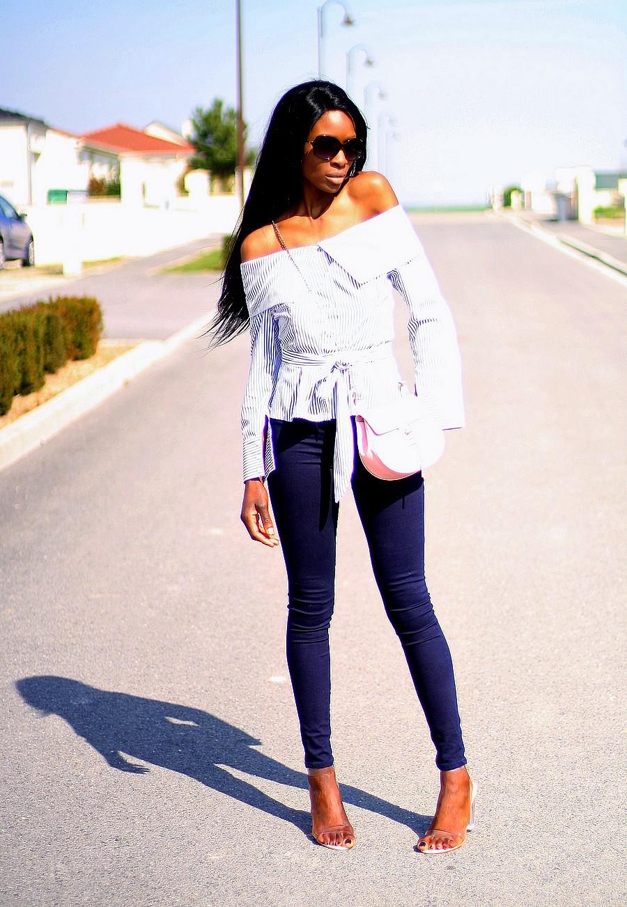 blouse-epaules-denudees-jeans-taille-haute-sandales-perpex-transparentes-sac-chloe-drew