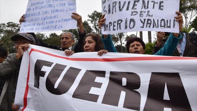 Peruanos se manifiestan contra la visita a Lima de Henrique Capriles