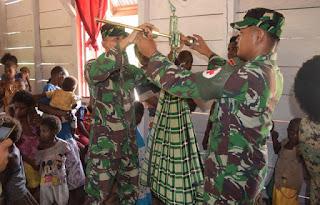 Prajurit TNI Sangat Peduli Akan Kesehatan Warga Perbatasan - Commando