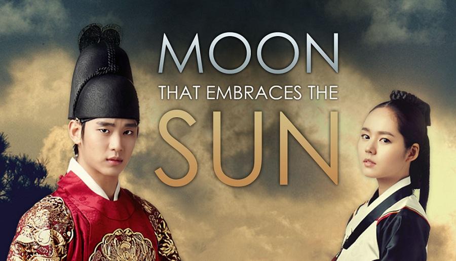 "The Moon Embracing The Sun"" menceritakan kisah cinta antara Raja Lee Hwon dan seorang wanita dukun bernama Wol. Wol lahir dari keluarga bangsawan dan menjadi putri mahkota, tetapi dia terperangkap dan menghadapi eksekusi. Akhirnya, dia hidup sebagai seorang dukun."