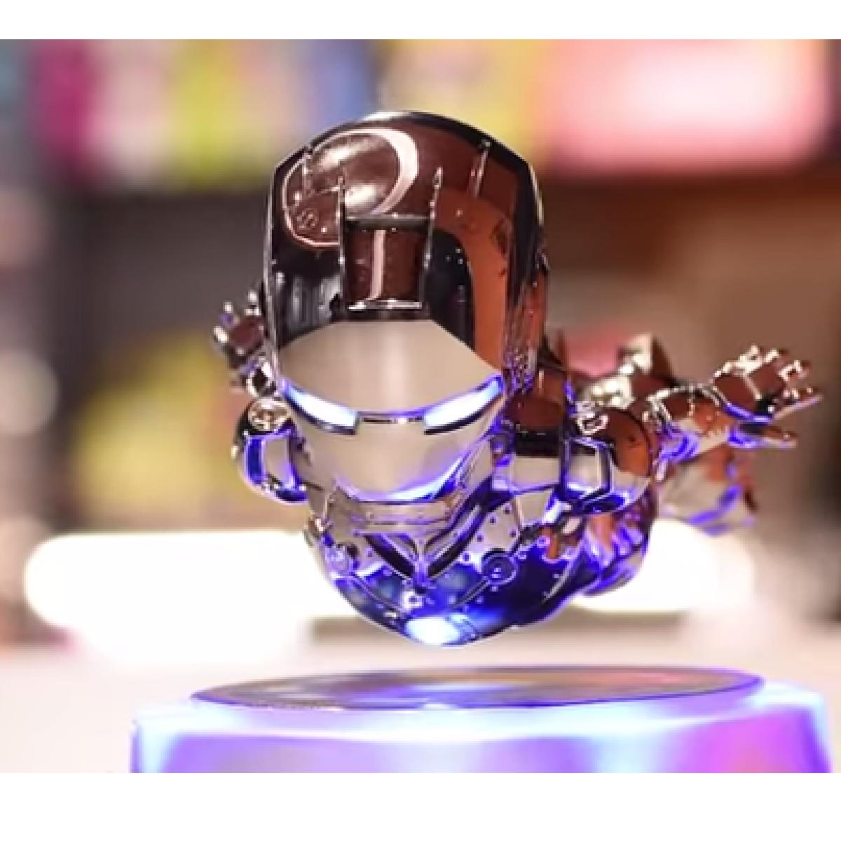 Reproduction d'Iron Man en train de flotter, les yeux lumineux.