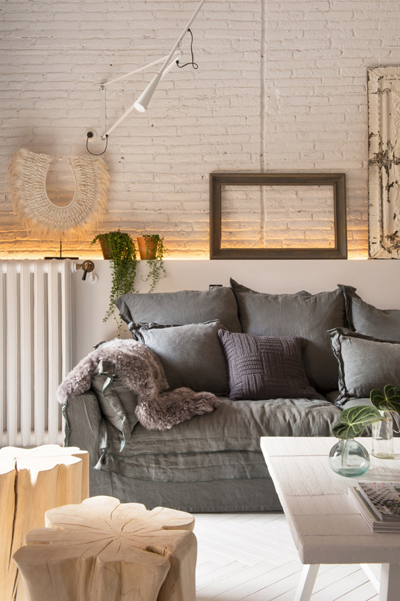 estilo nordico decoracion nordica industrial ladrillo visto ventanal interiorismo barcelona lino sofa gris