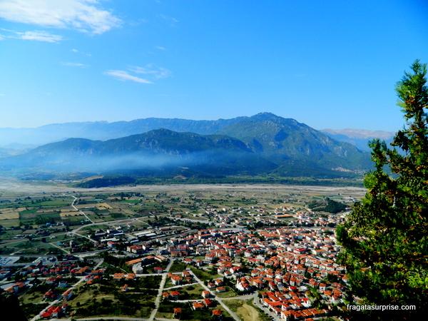 Cidade de Kastraki, na Tessália, aos pés dos mosteiros de Meteora