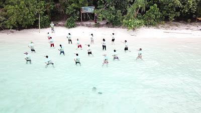Latihan pertama Flashmob Babyshark Dance di Pulau Wayag Raja Ampat