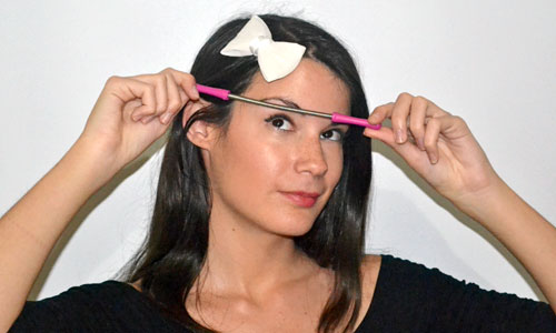 monika sanchez blogger de maquillaje depilandose las cejas