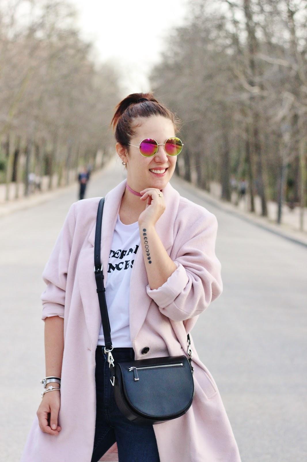 como usar un abrigo rosado