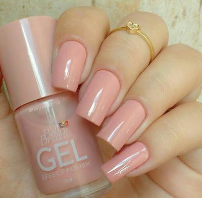 Unhas com esmalte rosa claro