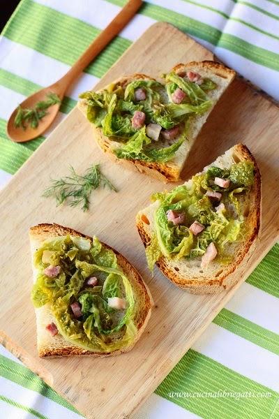 Crostoni con verza brasata e pancetta