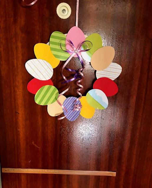 Wielkanocne dekoracje na drzwi DIY
