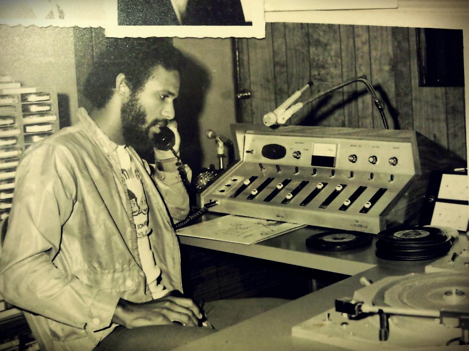 La radio terrestre fue alguna vez el torrente sanguíneo de la industria musical. Un poquito de tiempo al aire para una canción era suficiente para establecer a un artista, mientras que la rotación diaria y continua era seguro que garantizaba el éxito a largo plazo del artista.