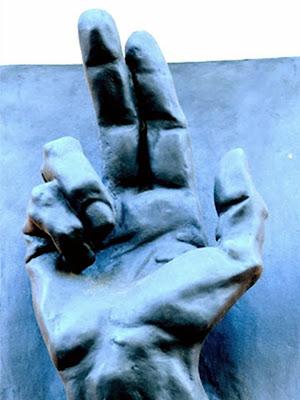 En la imagen una mano en postura de bendecir, con los dedos indice y corazon levantados