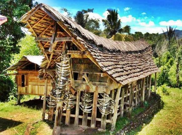 Rumah Tongkonan Toraja Beratap Batu  Dengan Berat  10 Ton