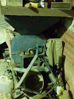 La desclofadora es la máquina que se fa aná per a desclofá, traure lo clofo, de les ameles, armeles.