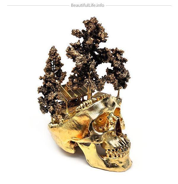 Cráneo humano chapado en oro.