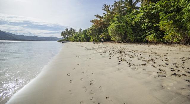 Pantai Pulau Diyonumo masih natural dengan hamparan pasir yang lembut