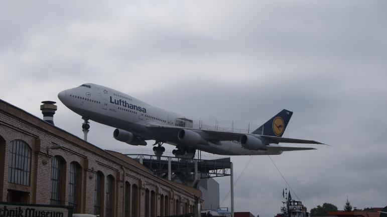 le boeing 747 de la lufthansa a t acquis en 2002 et trne 20 mtres de haut ce 747 230 est entr en service le 20 octobre 1978 pour le compte de la