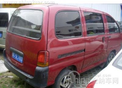 Wuling LZW6370 minivan mirip dengan Daihatsu Espass bagian belakang