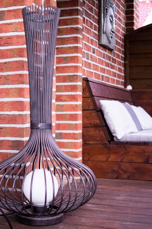 Blog + Fotografie by it's me | fim.works | Ein Garten im Norden | Terrassenleuchte aus Metall