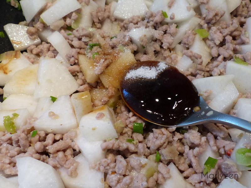 Ajoutez le vin de Shaoxing, les sauces soja claire et foncée, la sauce d'huitres, le sel, le sucre et l'eau.
