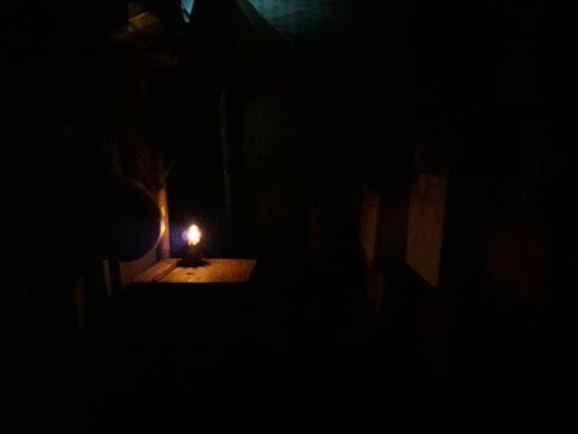 Bị điện lực ngừng cấp điện, người phụ nữ nghèo khổ sống ở TP.Huế (Thừa Thiên- Huế) phải chịu cảnh đèn dầu leo lét suốt 5 năm qua