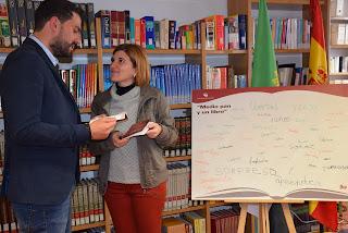 """Sánchez Cotrina entrega de la antología  """"Medio Pan y Un Libro"""" en Arroyo de la Luz"""