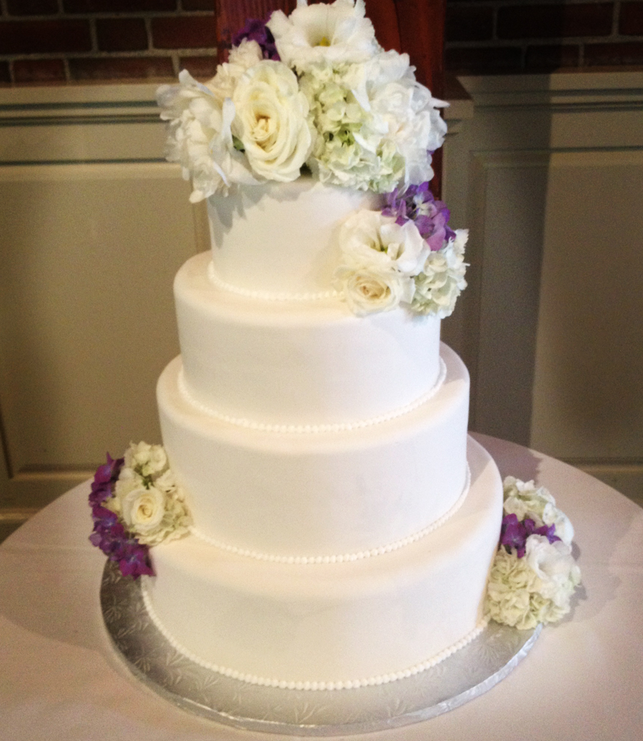 fresh flowers on a wedding cake a simple cake fresh flowers for your wedding cake 14478
