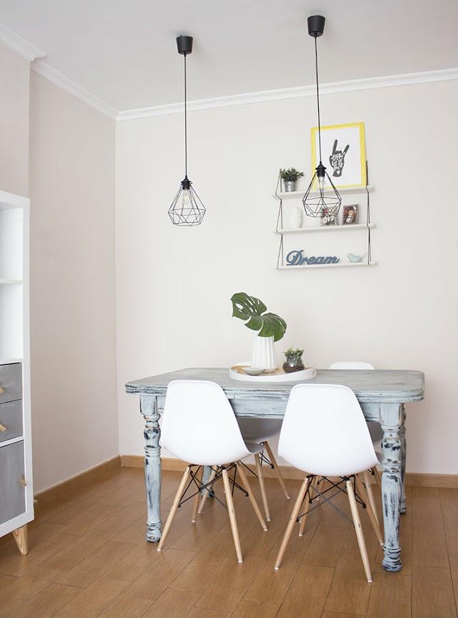 Mesa antigua pintada con sillas Eames