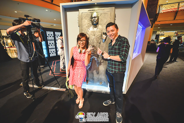 Met blogger buddy Reia Ayunan at the event. Taking picture with the Han Solo carbonite