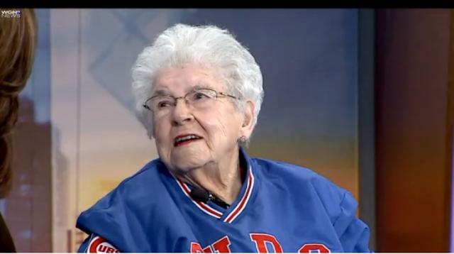Fanática de 102 años de Chicago vendía hotdogs en 1945