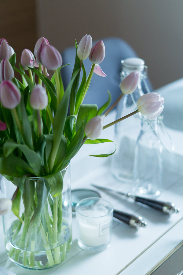 Blog + Fotografie by it's me!   fim.works   weiße und fliederfarbene Tulpen