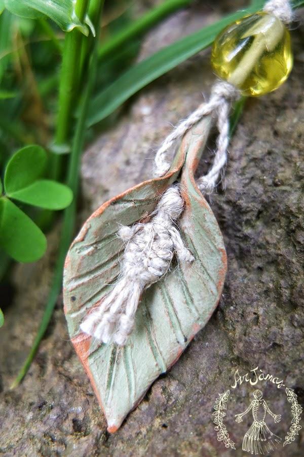 Collana in lino tessuta a mano - foglia di ceramica