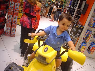Loja de brinquedos com crianças