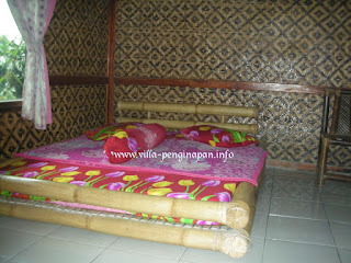ruang tidur di villa 3 kamar ciater