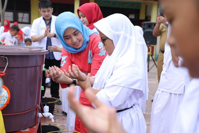 Ketua TP PKK Asahan Hj Winda Fitrika Taufan Gama memgajarkam cara cuci tangan pakai sabun.