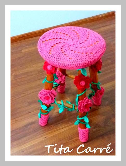 Banco decorado com flores em crochet