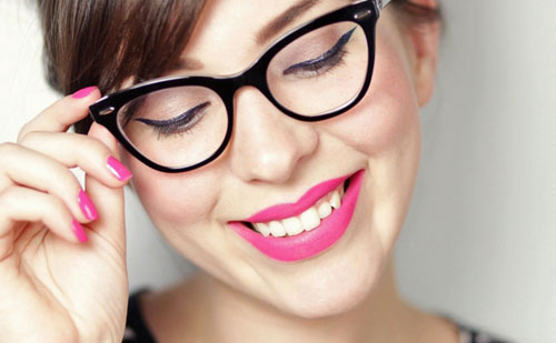7 Trucos de maquillaje para chicas con gafas que te harán amar tus lentes: