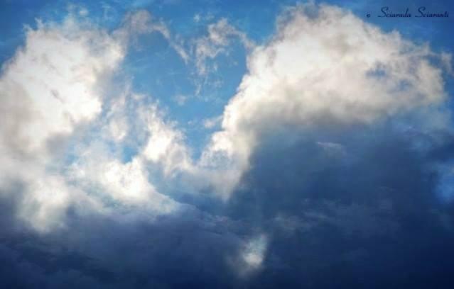 Nuvole che diradandosi formano un cuore