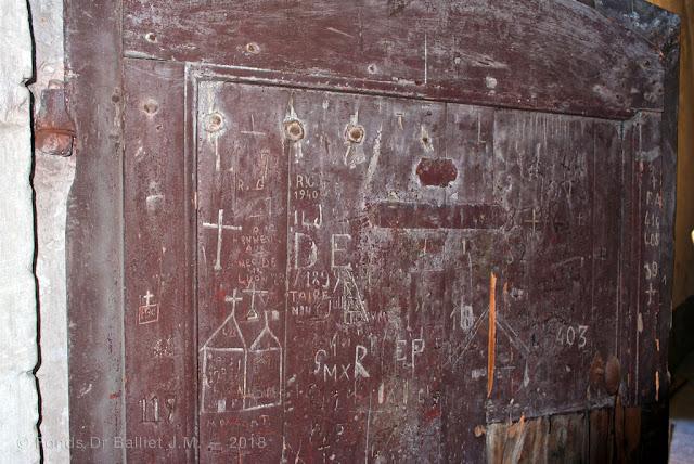 Mont-Dauphin — Graffitis sur la porte d'une cellule (extérieur)