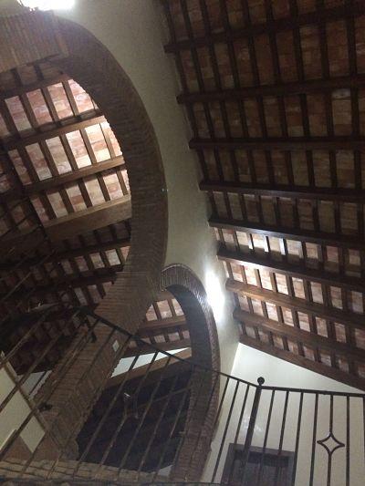 techo por tablas y arcos de ladrillos rústicos