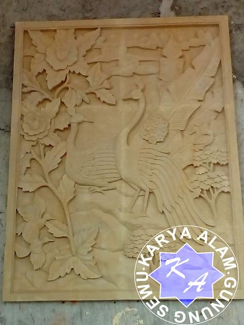 Relief Merak batu alam
