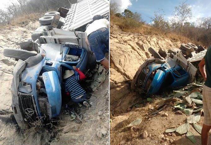 Caminhão carregado de palma vira na Serra de São Miguel e deixa oito trabalhadores feridos