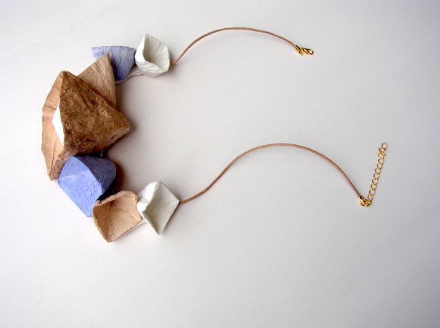 Maxi collana di carta a forma geometrica. Gioielli modulari di Alessandra Fabre Repetto
