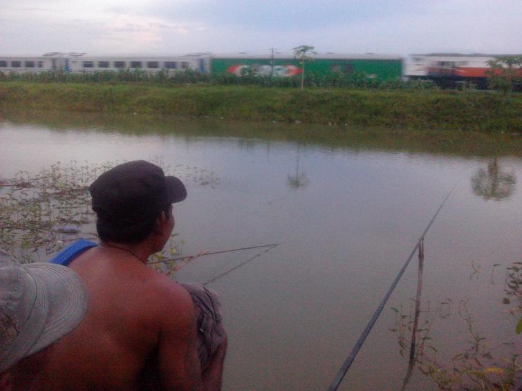 mancing ikan sambil lihat kereta api