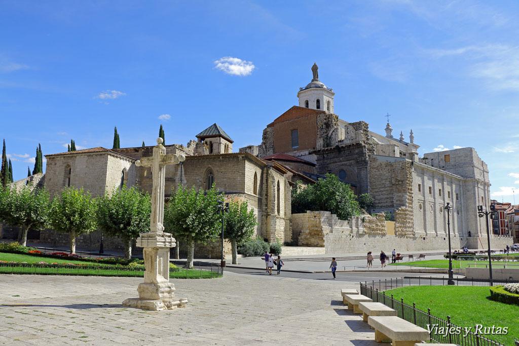 Parte trasera de la catedral de Valladolid con las ruinas de la antigua
