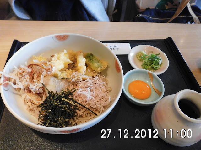 Soba dingin dengan tempura dan telur mentah yg dicampur dengan soyu