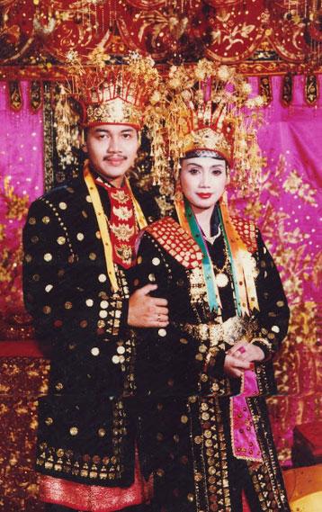 Sebagai pelengkap busana dikenakankan pula perhiasan kalung bersusun serta  mahkota dengan hiasan gunjai-gunjai cf3eef8ec0