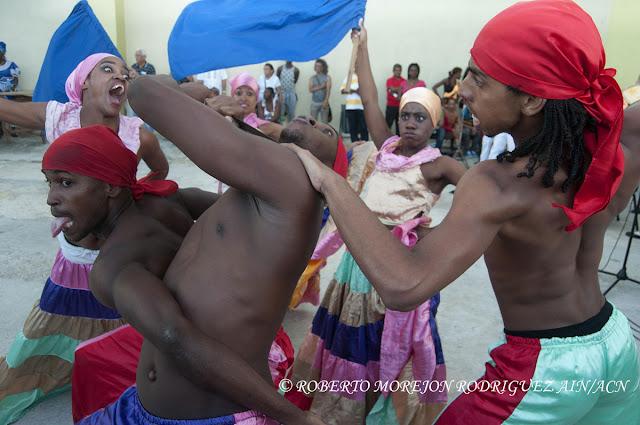 Presentación de la Compañía de Danza Folclórica Ban Rra Rrá  durante la realización de un pasacalles en el marco del XVI Festival Internacional de Teatro de La Habana, en el Malecón de la capital de Cuba, el 25 de octubre de 2015.