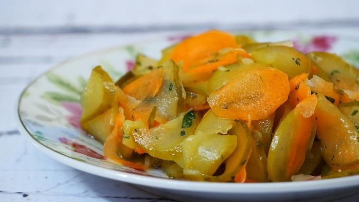 Surówka z kiszonych ogórków z cebulą i marchewką