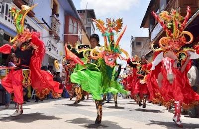 Foto de jóvenes bailando la Diablada de Puno en la Fiesta de la Virgen de la Candelaria