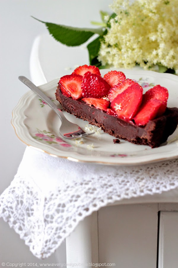 wiosenna tarta czekoladowa z truskawkami i miodem